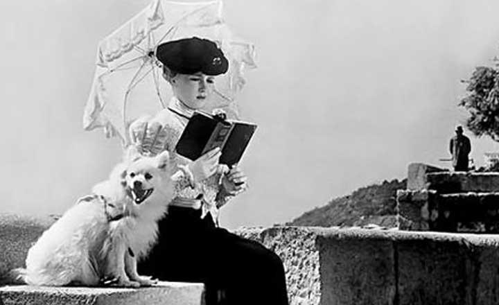 Köpeğiyle Dolaşan Kadın